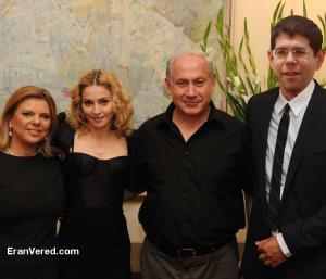 مادونا مع رئيس الوزراء الإسرائيلي بنيامين نتانياهو وزوجته
